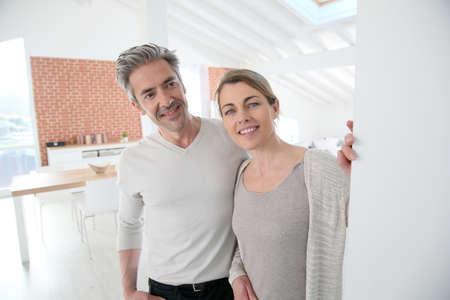 abriendo puerta: Puerta de apertura pareja madura de su casa Foto de archivo