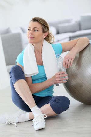 Reife Frau macht Fitness-Übungen zu Hause Standard-Bild