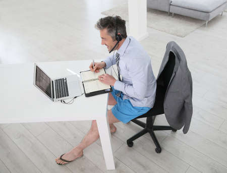 Businessman on video meeting from home in relaxed outfit Banque d'images