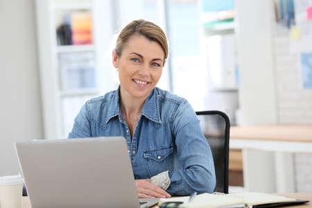 mujeres maduras: De negocios que trabajan desde su casa en la computadora portátil