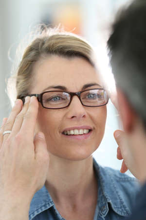 0c6340ebdf287a Oogarts Prescripting Nieuwe Bril Aan Patiënt Met De Ziekte Van ...