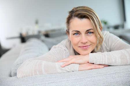 blonde yeux bleus: Portrait de femme mûre souriant blonde