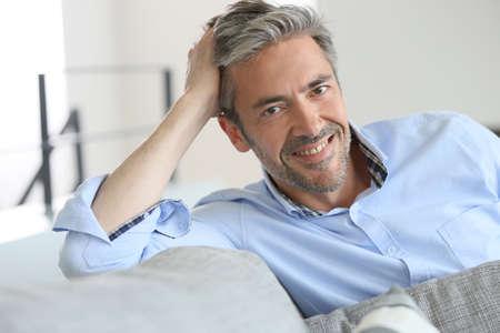 hombres maduros: Sonriendo apuesto hombre de 45 años de edad para relajarse en casa