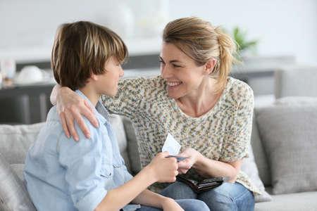 Mutter, die Geld für die heranwachsenden Belohnung Standard-Bild