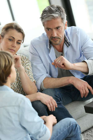 10 代の少年と話を持つ親