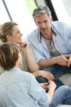 10 대 소년과 이야기하는 부모 스톡 콘텐츠