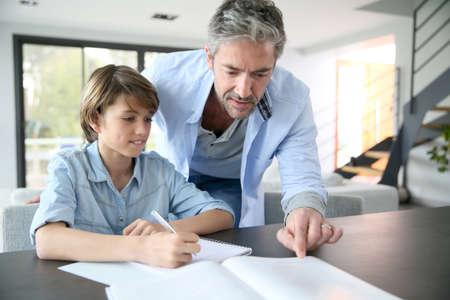 tarea escolar: Padre ayudando a hijo con la tarea