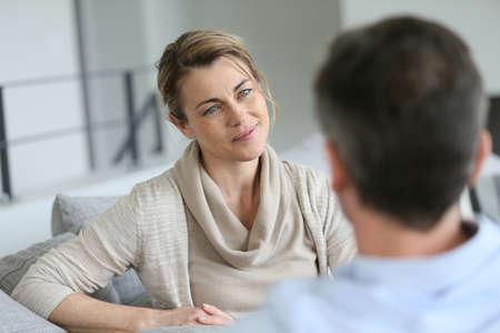 hombres maduros: Pareja en casa sentado en el sofá y que tiene una charla