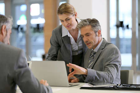 mature people: Gli uomini d'affari in una riunione di lavoro