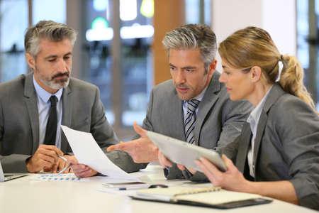 금융 회의에서 사업 사람들