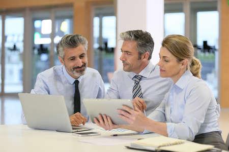reuniones empresariales: Reuni�n del equipo de negocios para el proyecto financiero Foto de archivo