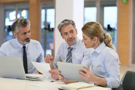 reuniones empresariales: Reunión del equipo de negocios para el proyecto financiero Foto de archivo