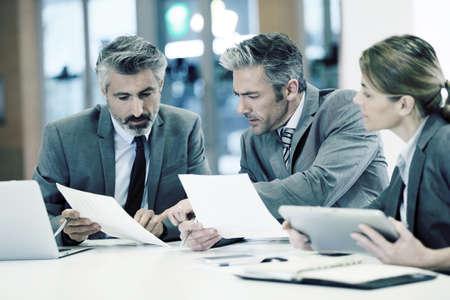 люди: Деловые люди в финансовом встречи