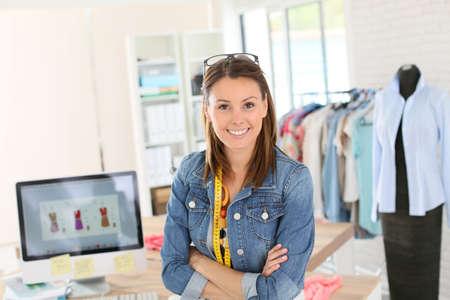 Portret van glimlachende modeontwerper in de studio