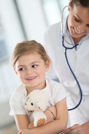 enfant malade: M�decin examinant petite fille avec st�thoscope Banque d'images