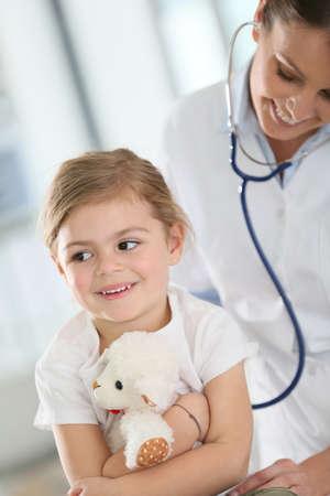 ragazza malata: Medico che esamina bambina con stetoscopio Archivio Fotografico