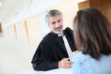 Advocaat vergadering client in gerechtsgebouw vóór het proces Stockfoto