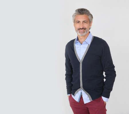 hombres maduros: Apuesto hombre maduro de moda sobre fondo gris Foto de archivo