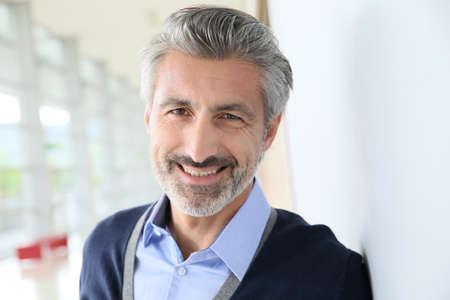 Portret van lachende volwassen man staan in gang