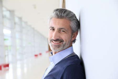 Portrait der lächelnden reifer Mann stand im Flur Standard-Bild - 39464768