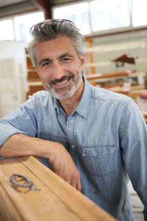 carpintero: Carpintero que trabaja en los muebles de madera de reciclaje