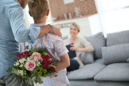 mama e hijo: Hijo escondido ramo para sorprender a mam� en el d�a de la madre