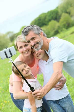 Familie in vakantie nemen selfie foto met smartphone