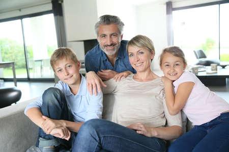 Happy family dans la maison contemporaine Banque d'images - 39599365