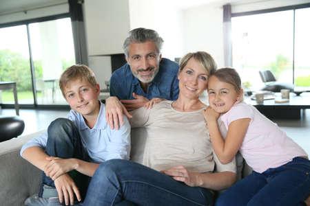 familias felices: Familia feliz en casa contemporánea