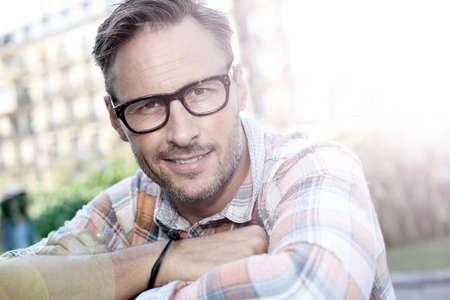 modelos hombres: Hombre guapo con estilo en escena urbana