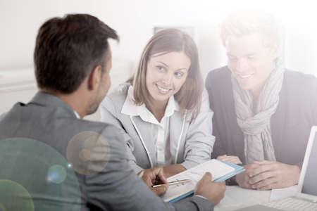 투자자에게 사업 계획을 제시하는 비즈니스 파트너