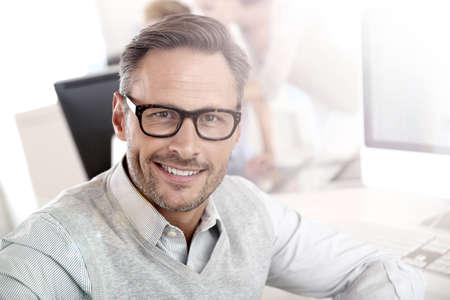 Porträt der lächelnden Geschäftsmann mit Brille