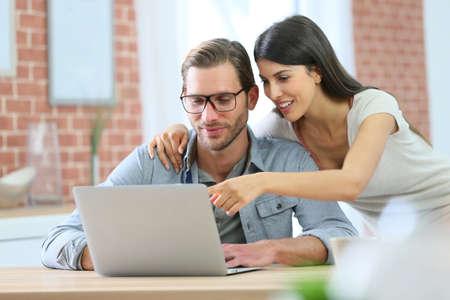 Pares em casa websurfing no computador port