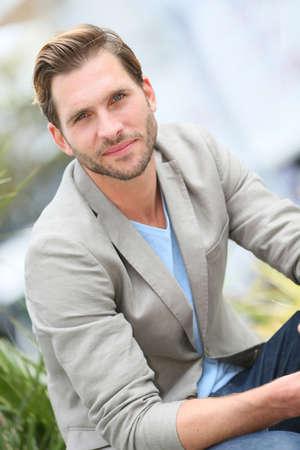 beau mec: Beau mec assis dans la rue