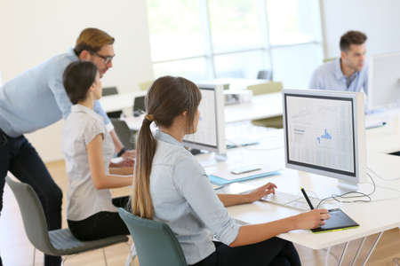 Những người sáng tạo làm việc tại văn phòng trên máy tính