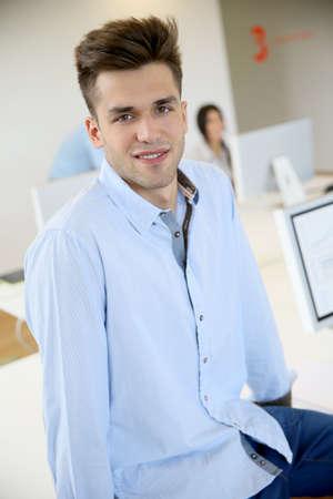 b�roangestellte: Portr�t von l�chelnd Office worker Lizenzfreie Bilder