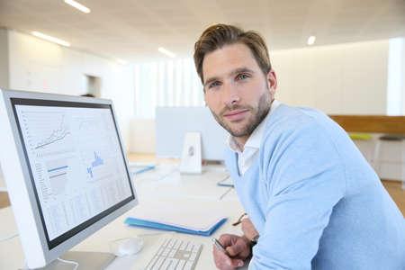 empleado de oficina: Retrato de hombre de negocios trabajando en la computadora de escritorio Foto de archivo