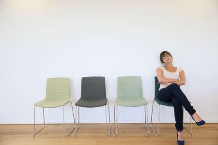 file d attente: Jeune femme dans la salle d'attente d'endormissement
