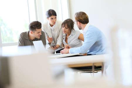 personas sentadas: Gente de negocios reunidos alrededor de la mesa Foto de archivo