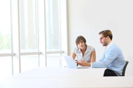 reunion de trabajo: Los socios comerciales que trabajan en proyecto, copyspace