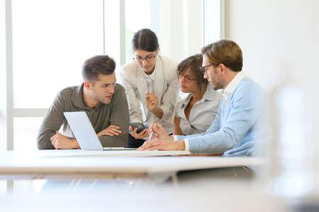 čtyři lidé: Obchodní lidé setkání u stolu