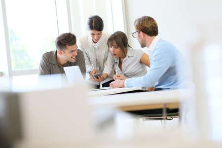 테이블 주변에서의 만남 사업 사람들