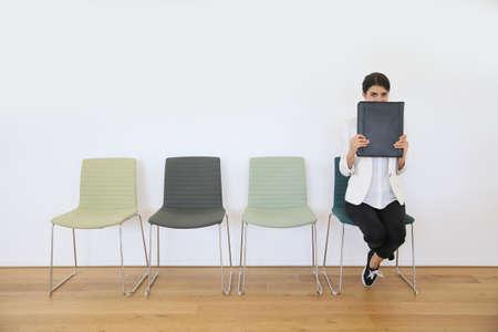 file d attente: Femme dans la salle d'attente pour entretien d'embauche être anxieux