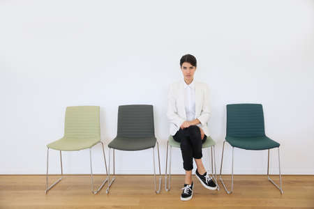 entrevista: Aspirante de trabajo sentado en la sala de espera, d�a de la entrevista Foto de archivo