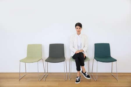 file d attente: demandeur d'emploi assis dans la salle d'attente, jour de l'entrevue