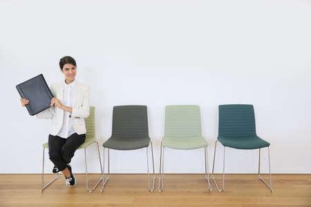 entrevista de trabajo: Mujer sentada en la silla de espera para la entrevista de trabajo