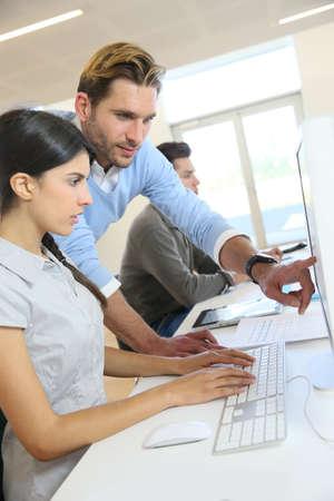 personas trabajando en oficina: La gente de negocios que trabajan en la oficina en la computadora de escritorio