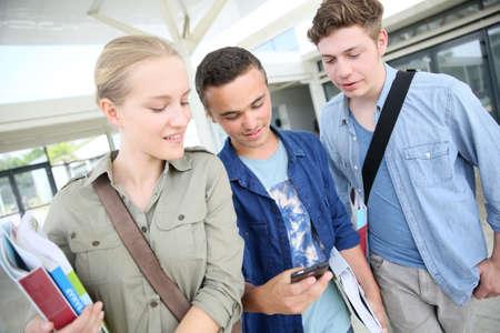 young students: Grupo de estudiantes en el campus tierra con smartphone