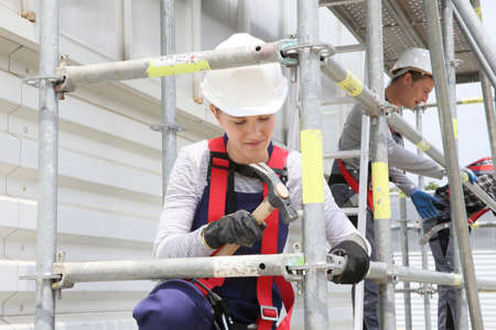비계 작업 전문 교육에 젊은 여자