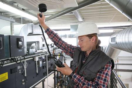 Técnico en control de calidad del aire de equipos de calefacción Foto de archivo - 41251623